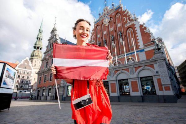 devushka-s-flagom-latvii